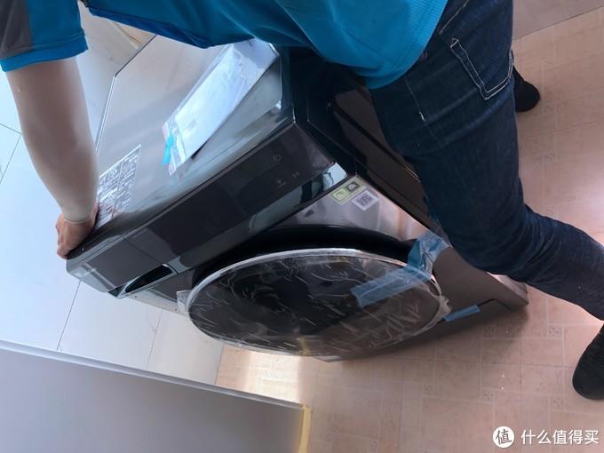先把洗衣机大致就位