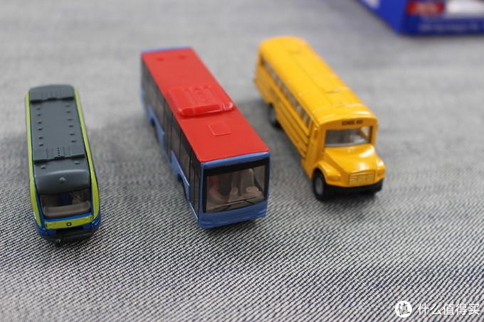 比如这个公交车套装,原价是118,折后大约三辆的价格是72块钱,均价一个24,基本上和多美卡相当,然而精度一般,小车虽然是合金的,略显单薄,涂装也比较简单