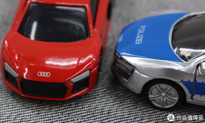 左图红色是多美卡的,右图警车是仕高的,仕高在漆面细节处理上实在有些糙