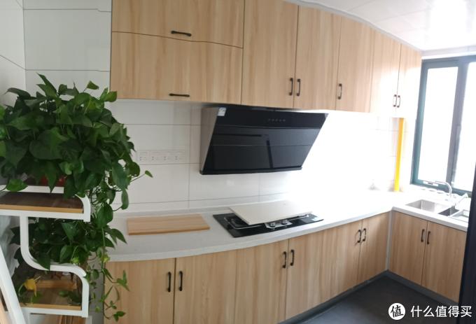 厨房间柜门是木纹色,柜体是白色,和其他家具反过来,营造一种特殊感;
