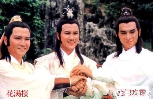 三个男演员合影