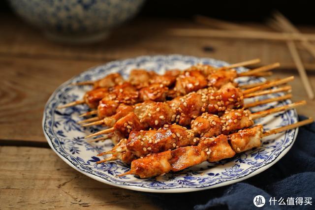 撸串不用去烧烤店,一口平底锅就能做出鲜嫩多汁的肉串,百吃不腻