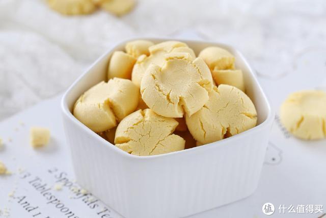 这是一款颜值与美味并存的饼干,口感轻盈细腻,咬一口酥得直掉渣