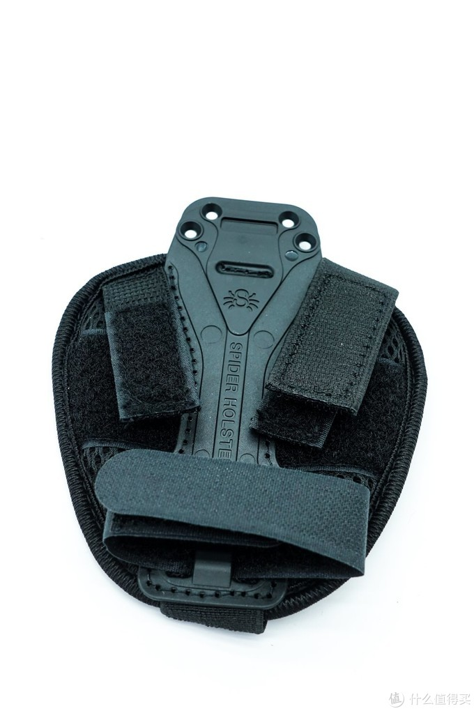 这个减震垫上面有一条绑带,如果是微单和入门型单反,可以用这个带子固定镜头,这样即使在行走相机也不会晃来晃去的啦。卡片机的话,我用了一下,感觉减震垫这个配件的作用真的不大,不过它是和肩带夹一起打包销售的选装配件,即使你不需要也要一同购买,这有点被套狼的感觉。