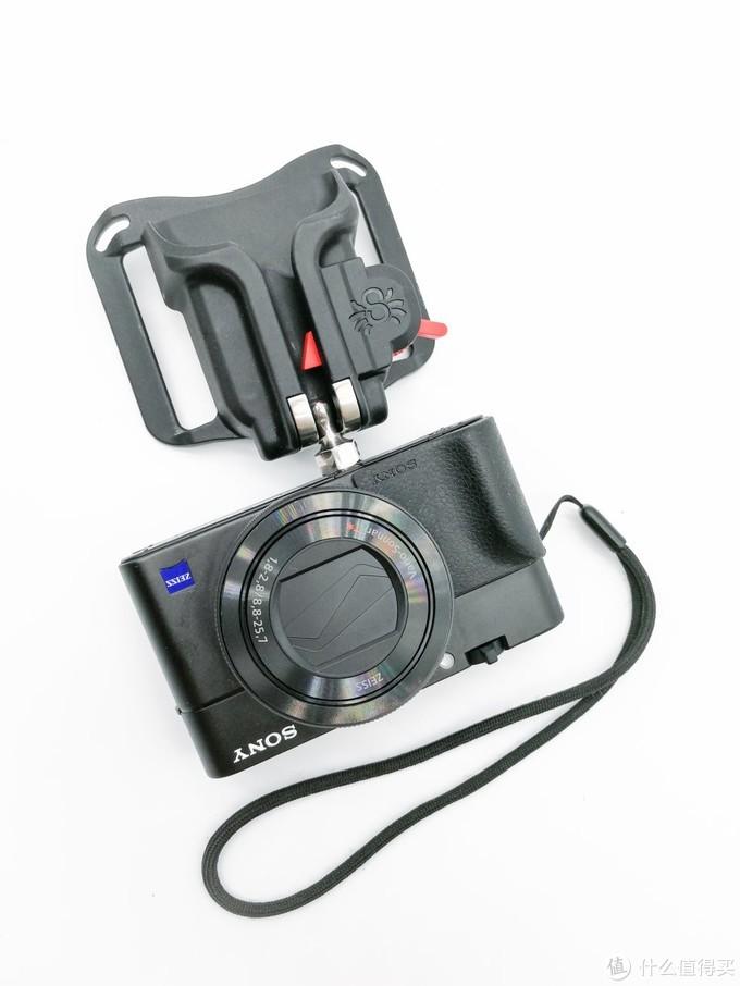 """球头与主体结合后的状态,这也是正常的携带相机的状态,可以看到单向卡扣阻挡了球头的滑出,起到了保险的作用。 由于""""黑寡妇""""比较轻薄,所以不携带相机的时候也可以穿在腰带上,感觉不到任何不便,放下外衣后也基本看不出来。"""