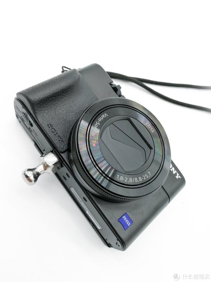 这个球头和相机之间还有扩展配件提供,就是三脚架快装板,也就是说你的相机可以同时安装三脚架快装板和腰挂球头,互不影响。这个扩展配件我没有买,因为本身就是为了轻便,卡片机再加一个快装板就算了毕竟都考虑带三脚架了,就直接背包装单反吧,还用啥腰挂,是吧。。。