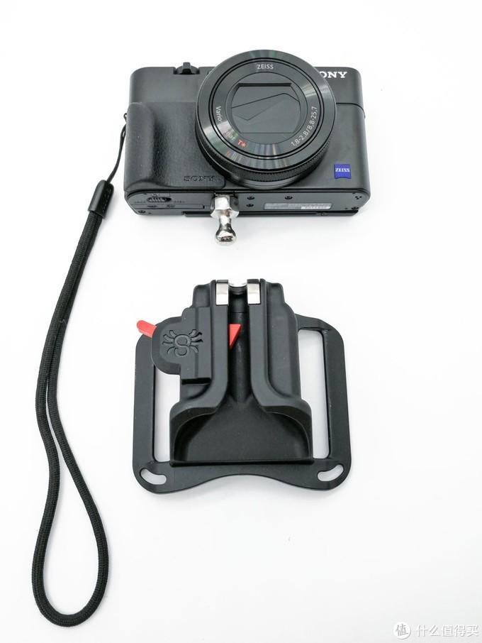 向上轻拨红色保险开关的同时取下相机,完成这次开箱照拍摄。