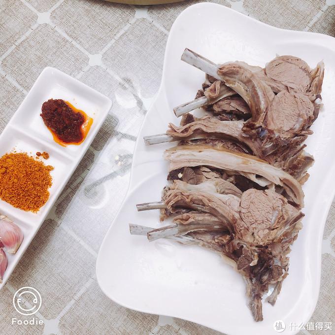 手抓羊排,大块吃肉的感觉就是一个爽,要趁热,凉了会膻