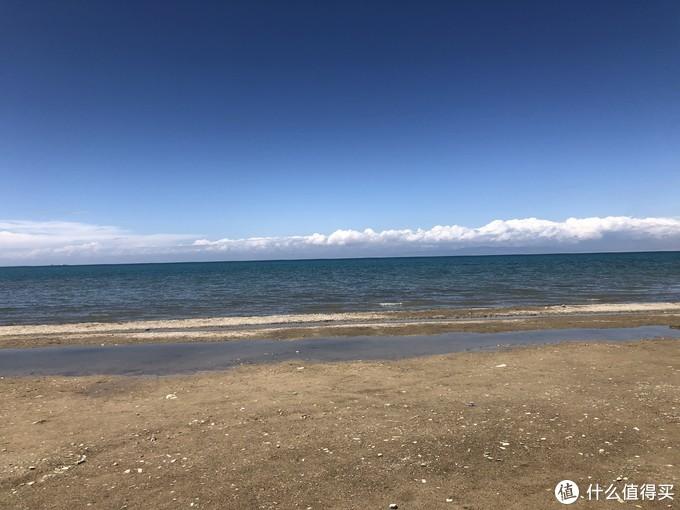 除了不是沙滩,跟海边也没什么区别