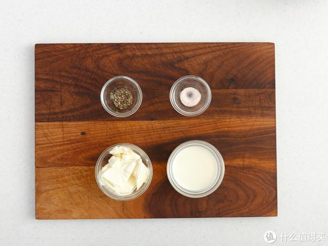 黑麦贝果+咸芝士酱、罗勒黄油酱