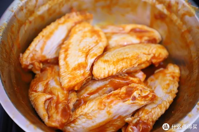 先将鸡翅洗净,用奥尔良调料拌匀,放冰箱腌制一晚上