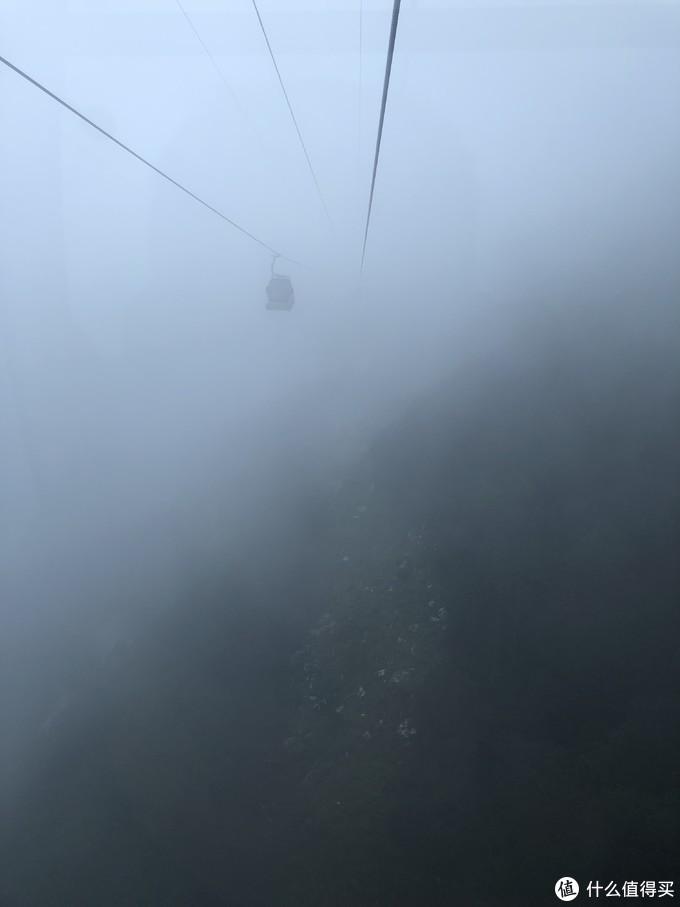 雾中的缆车若隐若现
