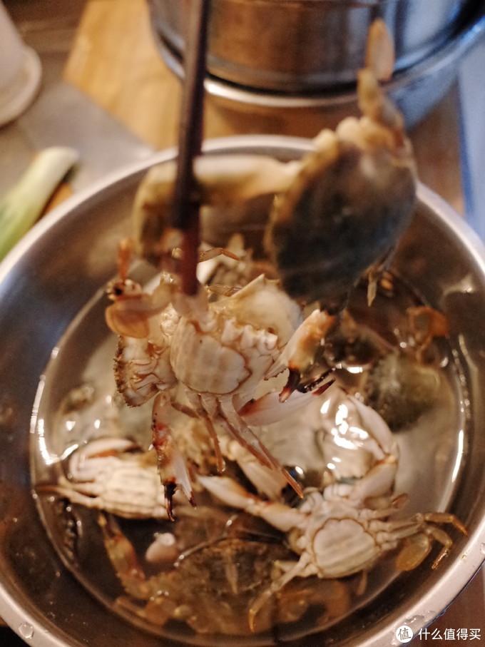 很明显看得出,螃蟹不想一个人上锅,非要拉着别人。