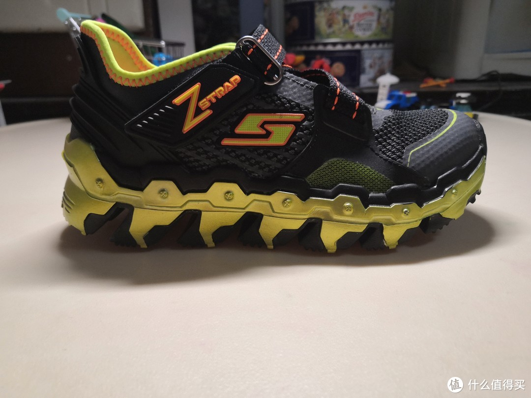 """外侧。整体显得比较敦厚,中间""""s""""logo,鞋底侧是具有工业感的齿轮状造型。"""