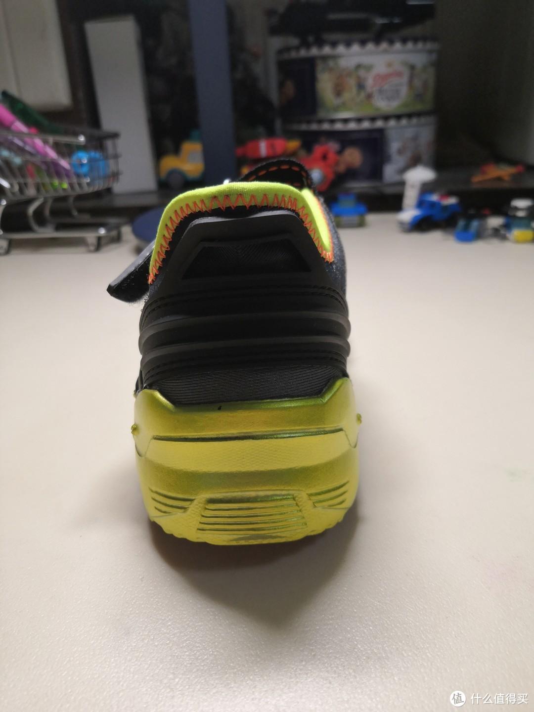 鞋后部,看着厚度不小。