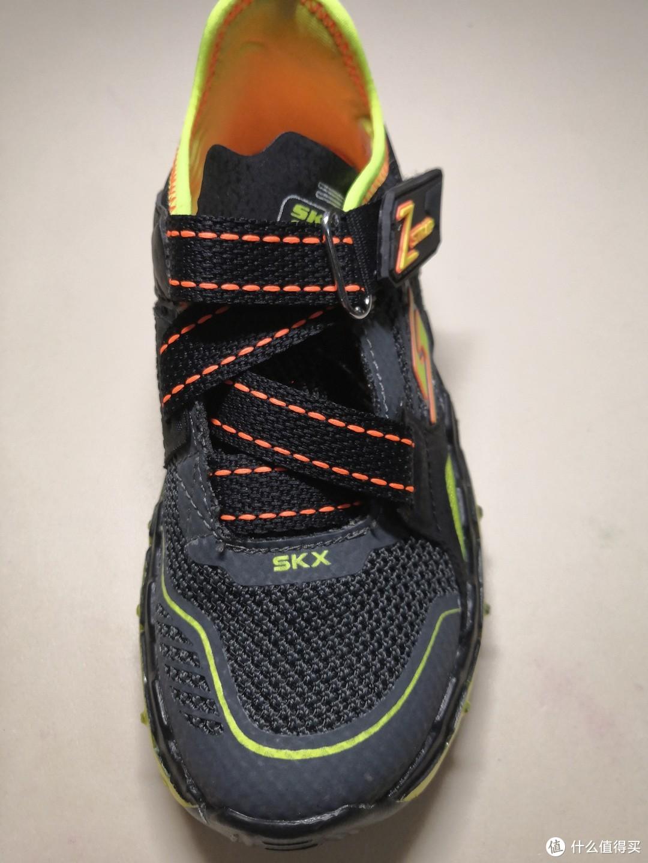 鞋带系统,一个弹性宽鞋带交叉穿过。