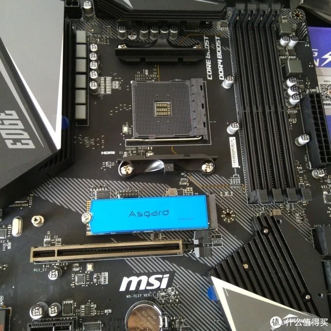 拆掉刀锋板的散热片,装上M2固态。目前来说没什么问题(o´ω`o)ノ