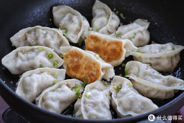 剩饺子煎着吃比煮的还美味,孩子早餐、老公宵夜全搞定,省时省力