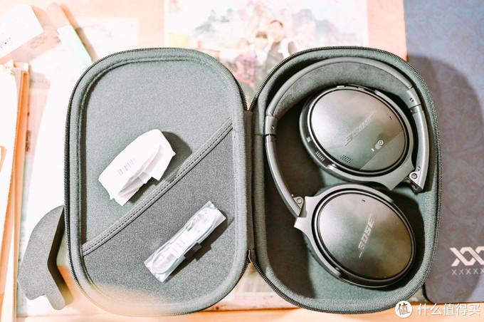 打开盒盖,里面简简单单,一只耳机,一个充电线,一条耳机线(线又软又细的,如毛细拉面一样)