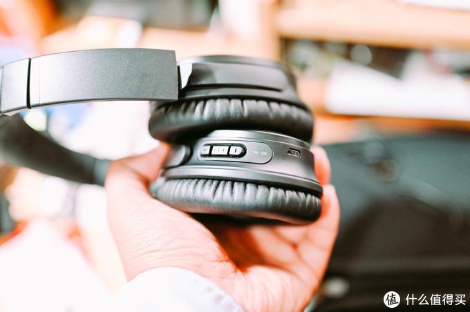 整个耳机的控制主要在右耳,有音量及开关键,至于左耳只有个降噪开关键