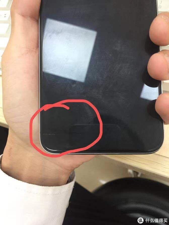 屏幕左下角有一条大约2公分的划痕,贴膜后隐约可见