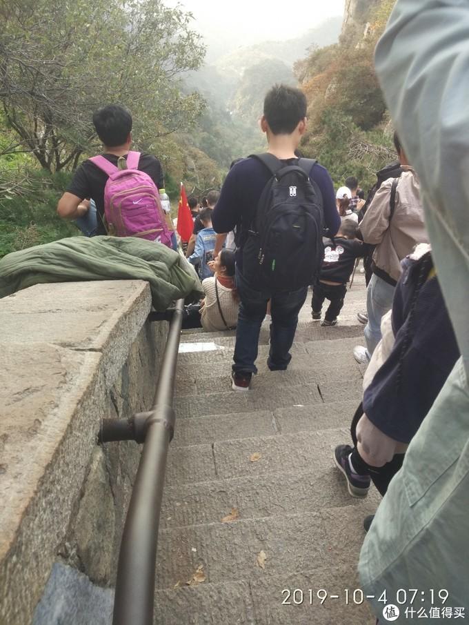 被游客摸的锃亮的铁扶手