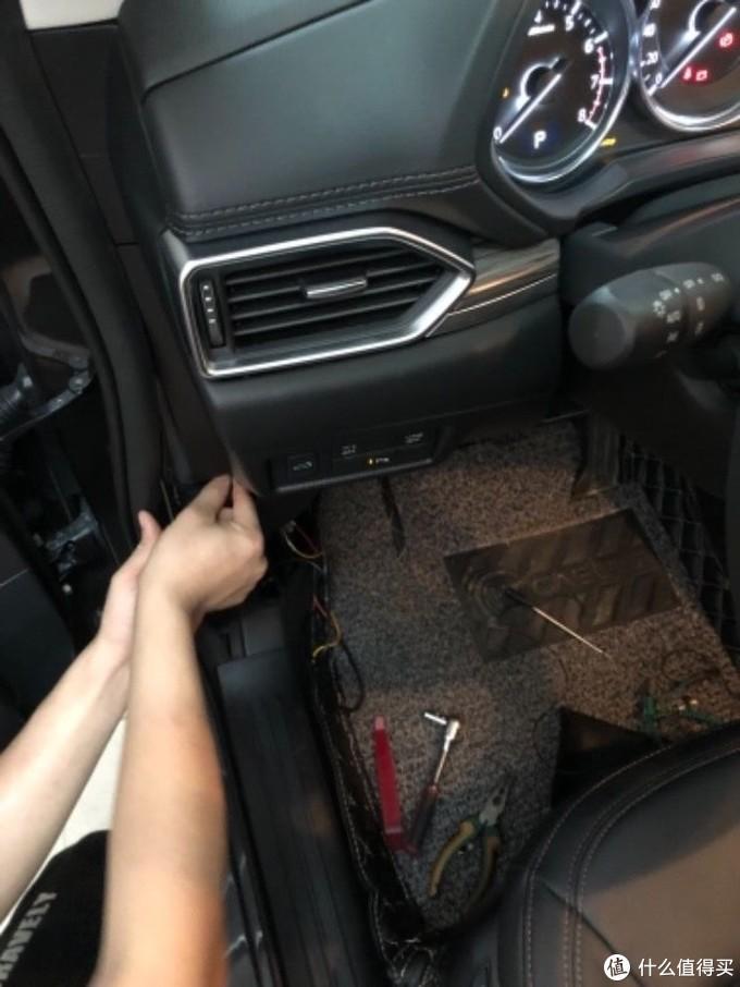 走保险盒隐藏布线,驾驶人的左下角,无损安装的,师傅帮忙安装的,自己可能有点难度就没去弄,师傅十五分钟搞定