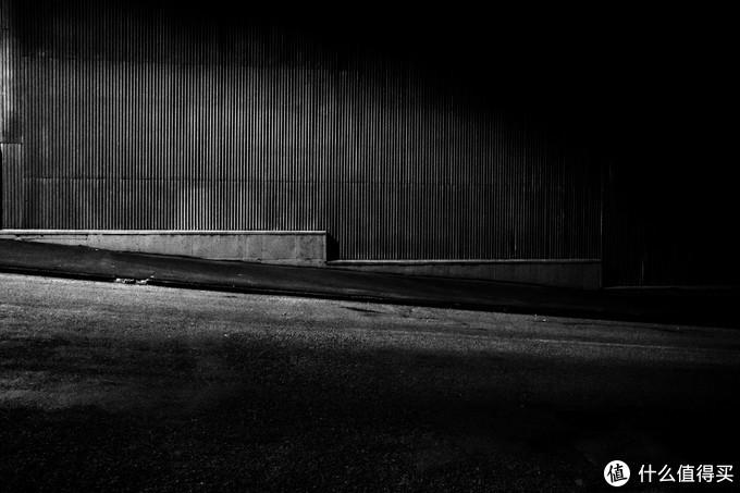 午夜奥马鲁 手持ISO8000,放大了不能看全是噪点,但却是我玩摄影以来最喜欢的照片之一(原图)