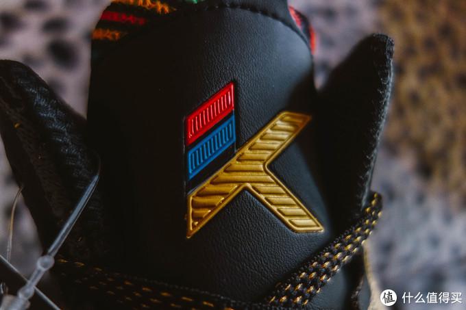鞋舌是塑料的K标,实话实说,质感颜色都不好看。。。做成闪光的金色材质多好
