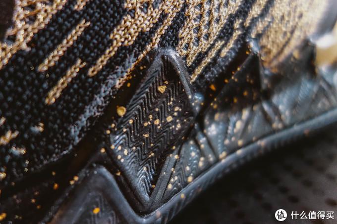 这是足弓的齿状凸起,材质是中底EVA上翻