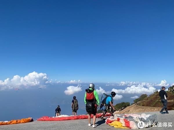 1900海拔,穿一件是真冷,不过滑翔伞飞起来后,就不冷了