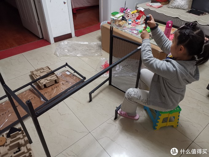 指导着孩子,也可以完成,猫猫只需要把螺丝拧紧就可以了。