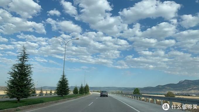 自驾路上的白云,感觉就是一朵朵棉花的样子……