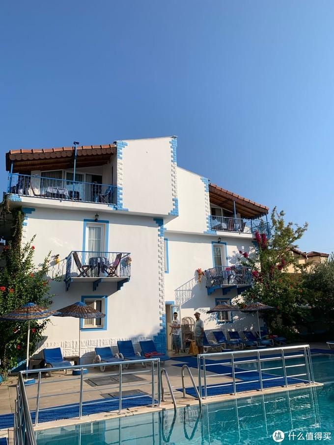 鸽子公寓酒店外观,早餐在泳池旁边