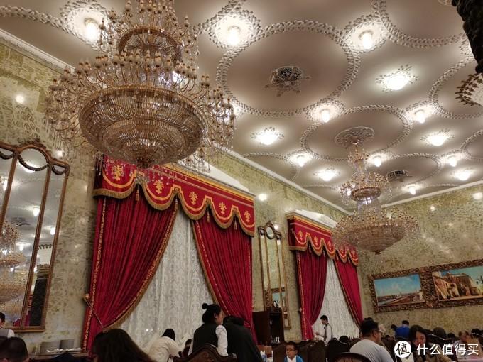 带帷幔的红色窗帘与水晶吊灯,墙上巨大的镜子,很有氛围嘛