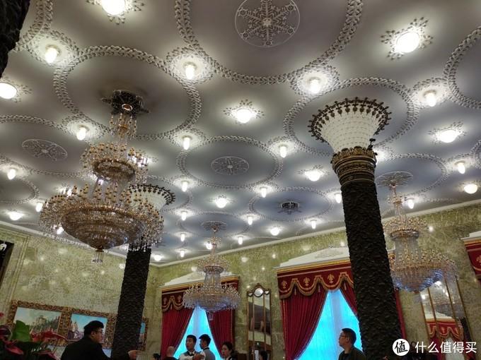 天花板上的装饰也是相当繁复