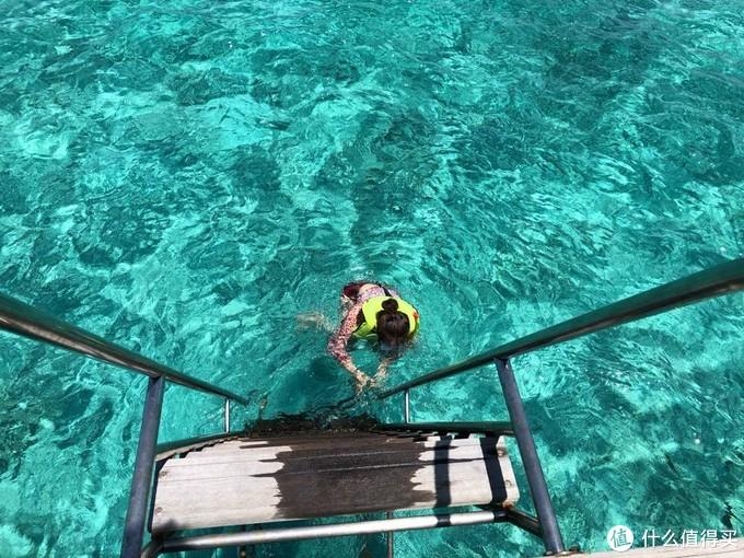 扶着栏杆不舍得松手,海水非常清澈