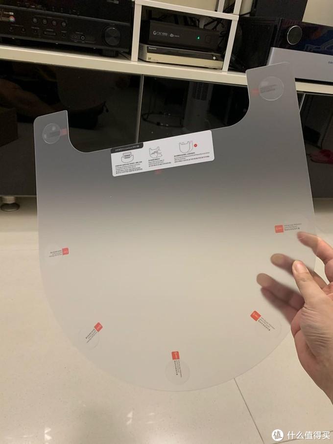 保护垫上有胶贴,可以粘在地板上防止移动。后面证明这个粘胶很有必要,因为刚开始没粘在地上,结果死活爬不上去