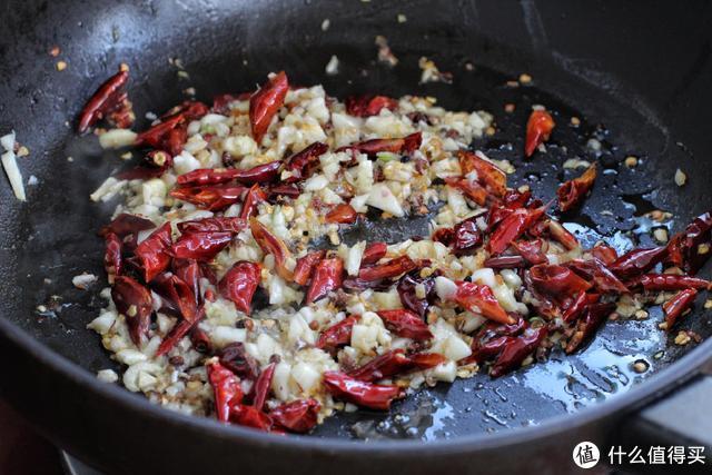干煸豆角在家就能做,省油省事儿,香辣下饭,味道比饭店的还好!