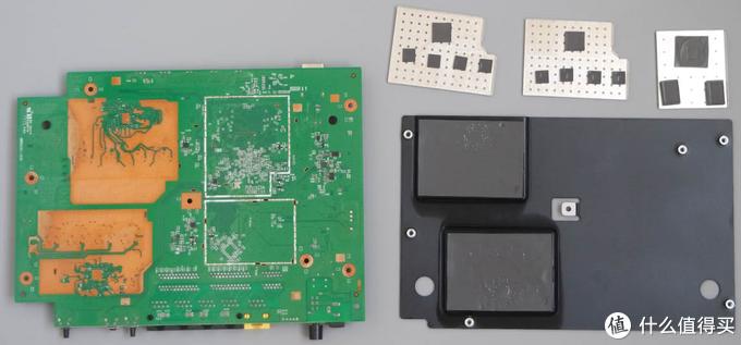 有一个USB3.0接口,外面做了金属屏蔽处理,减少与2.4G的干扰,比起一些机型只用胶布来要做得好。