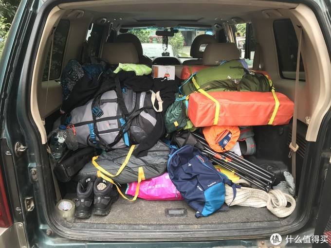 巨大的后备箱装下4个人的行李毫无压力