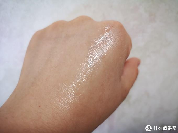 手上涂开,看起来很滋润,洗手也很快