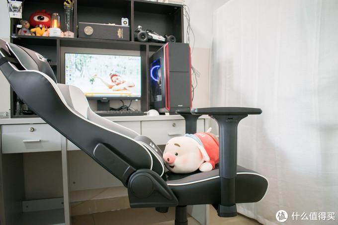 坐在FPX专用电竞椅上,观看英雄联盟总决赛,FPX对战FNC能否帮RNG报仇
