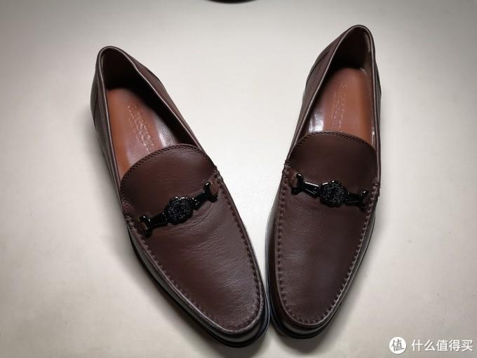 棕色乐福鞋,金属搭扣。