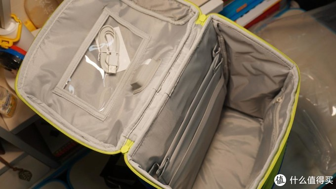 智能守护看的见的安全,8重安全定位,时尚兼具科技,小寻定位书包