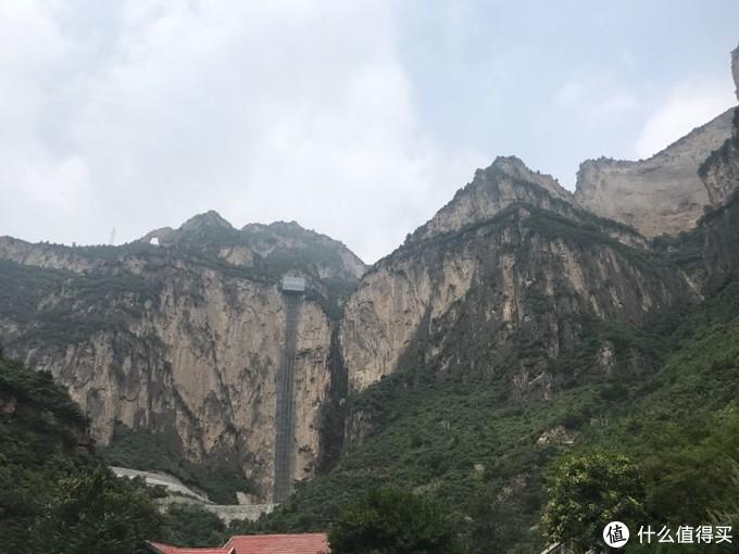 远处悬崖的电梯,在国内这样的景点建筑不少,虽然方便了上下,但也破坏了自然能风光。