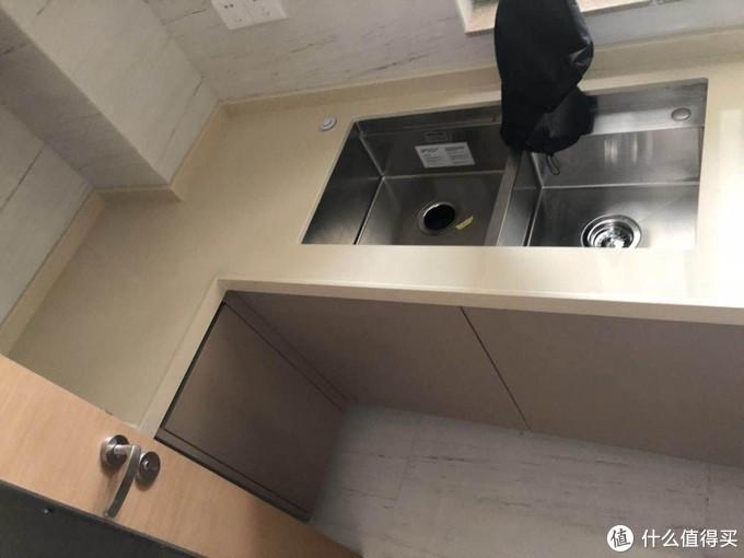 U型厨房,双水槽的设计,所以洗碗机装在这下面的想法被毙掉了。左边那块那么小也不可能了!