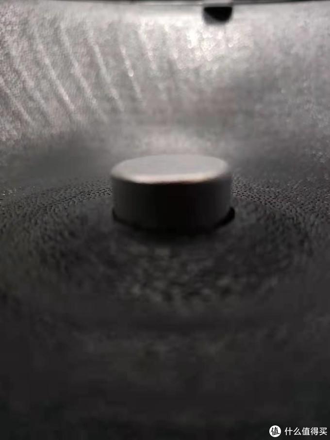 中间有3mm凸起。防止液体倒灌进去,造成烧坏(我考拉买的就是因为这个原因坏掉,没有这个设计)
