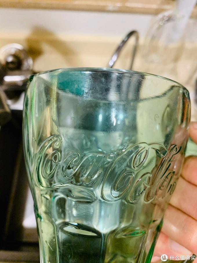 水杯看到上面的水垢了吗,手洗都比较难洗!