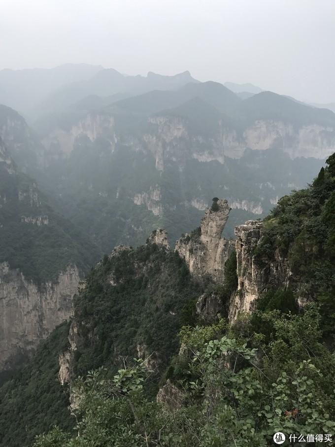 下山看见的独立山石